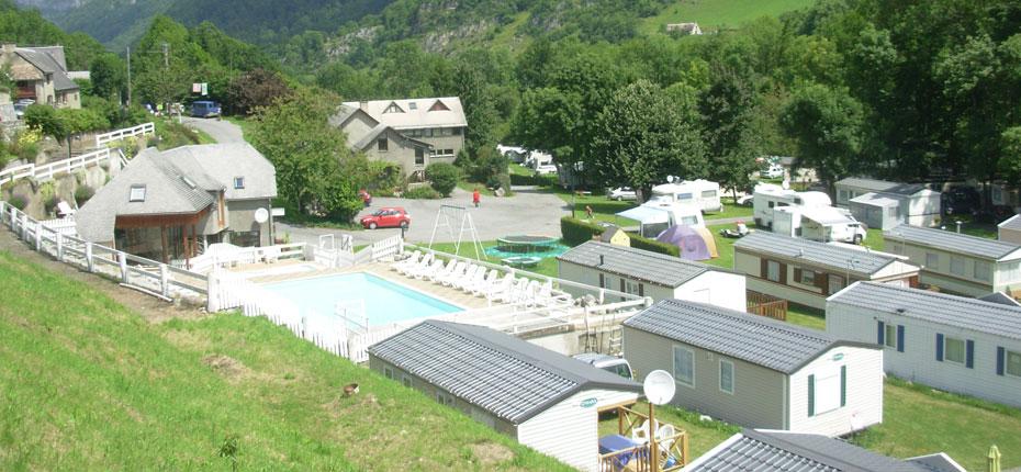 Vue de l'accueil et de la piscine du camping